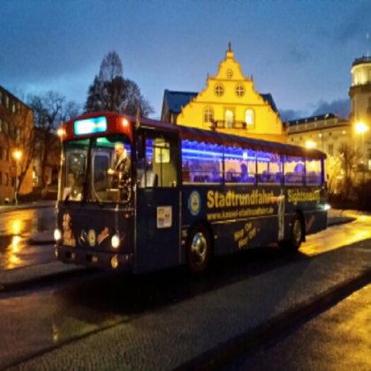 Eindeckerbus bei Nacht
